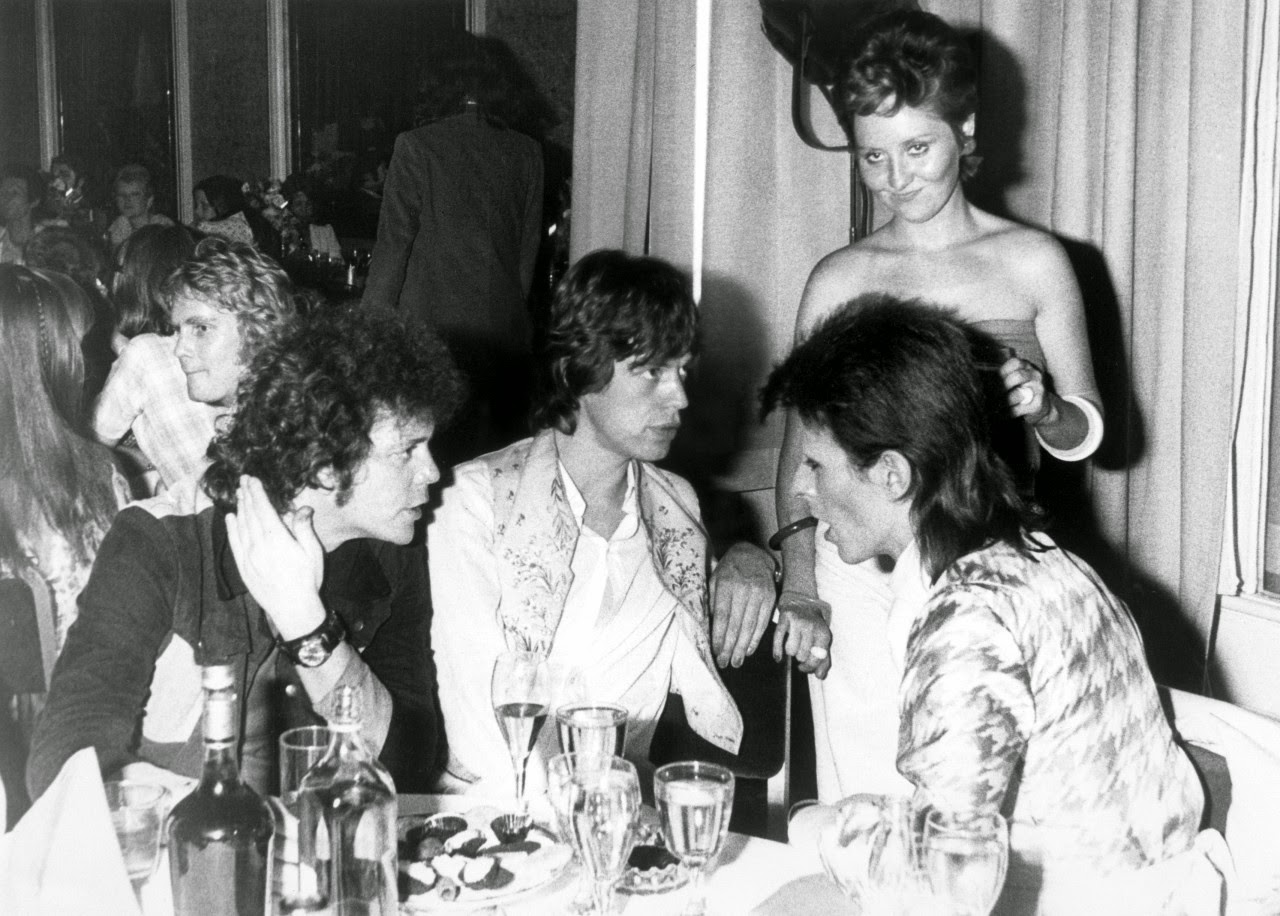 Lou-Reed-Mick-Jagger-and-David-Bowie-hanging-out-together-at-Café-Royale-1973-6
